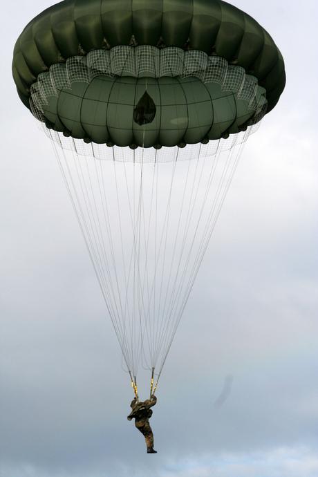 Parachutisten boven de Ginkelse Hei