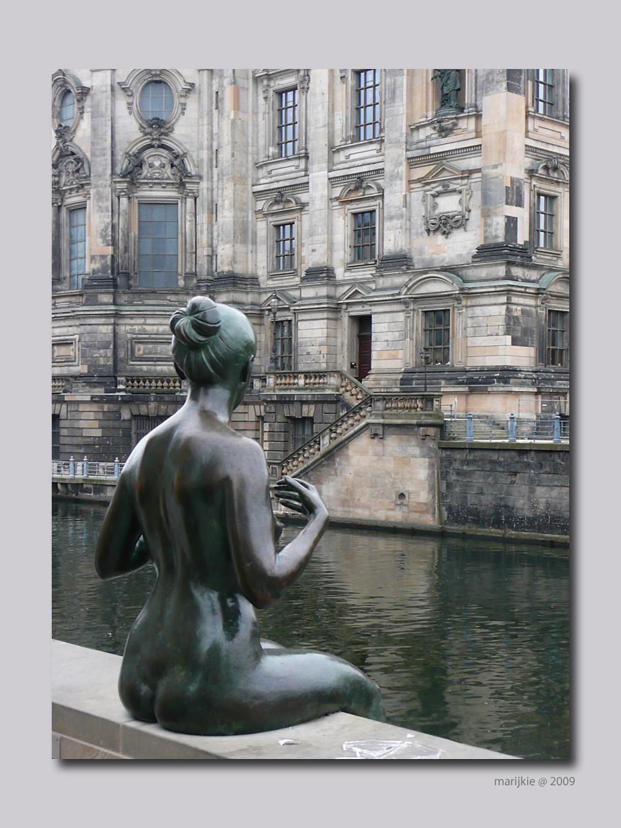 Berlijn 20 - Deze vrouw kan haar ogen niet van de Berliner Dom afhouden... - foto door ekeren op 25-02-2009 - deze foto bevat: beeld