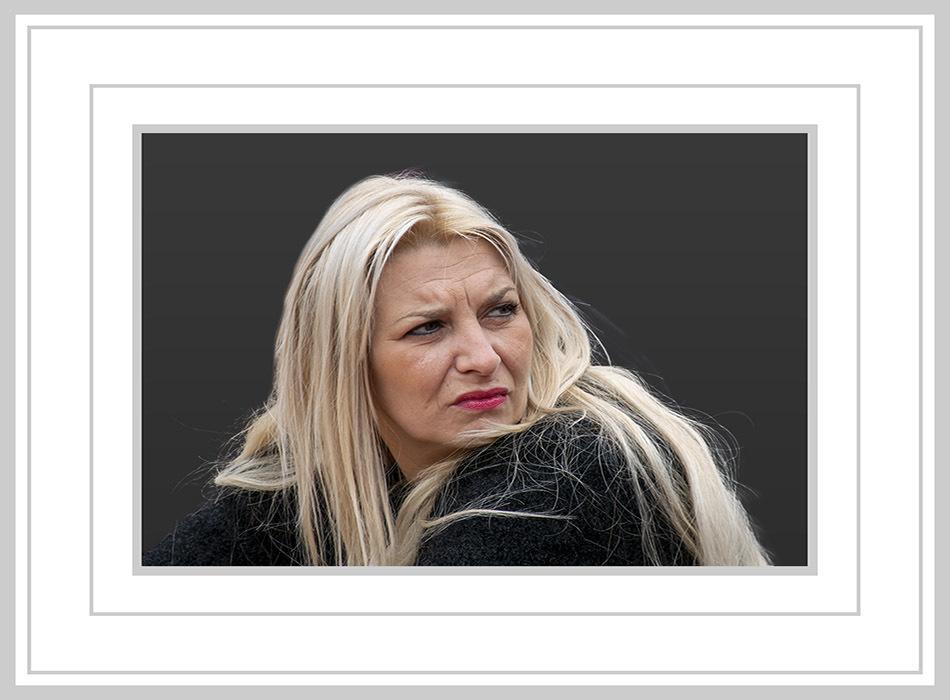 Even omkijken - Haar blonde haren en rode lippen - foto door jos1953 op 12-04-2021 - locatie: Hasselt, België - deze foto bevat: lip, wimper, kaak, flitsfotografie, mouw, rechthoek, iris, make-over, straatmode, pruik