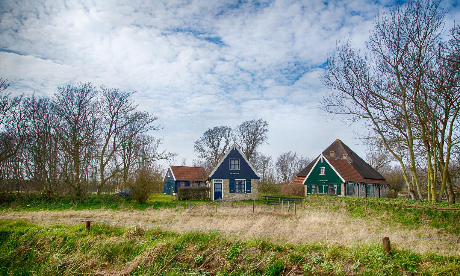 sanders huus - Hoge berg Texel - foto door stouten op 14-04-2021 - deze foto bevat: wolk, lucht, fabriek, eigendom, ecoregio, natuurlijk landschap, boom, gebouw, huis, afdeling