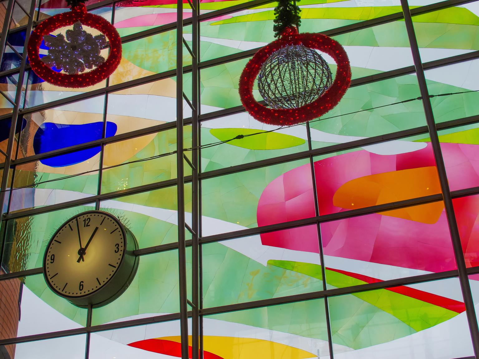 Amersfoort station - Kleurrijke voorzijde - foto door kinderen op 15-04-2021 - locatie: 3818 LE Amersfoort, Nederland - deze foto bevat: geel, lijn, klok, kunst, symmetrie, glas, cirkel, tinten en schakeringen, patroon, glas-in-lood