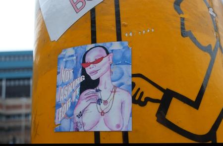 Sticky Finger - groot zien aub  deze sticker met vele andere stickers, en fotografie  wereldwijd een aanklacht  en aandacht  wat vrouwen ongevraagd lijfelijk en mond - foto door c.buitendijk53 op 12-04-2021 - deze foto bevat: oversten, sticker,, vinger,, vieze man, oversteekplaats, campagne, verf, oranje, kunst, graffiti, lettertype, muur, schilderen, muurschildering, illustratie, grafische afbeeldingen