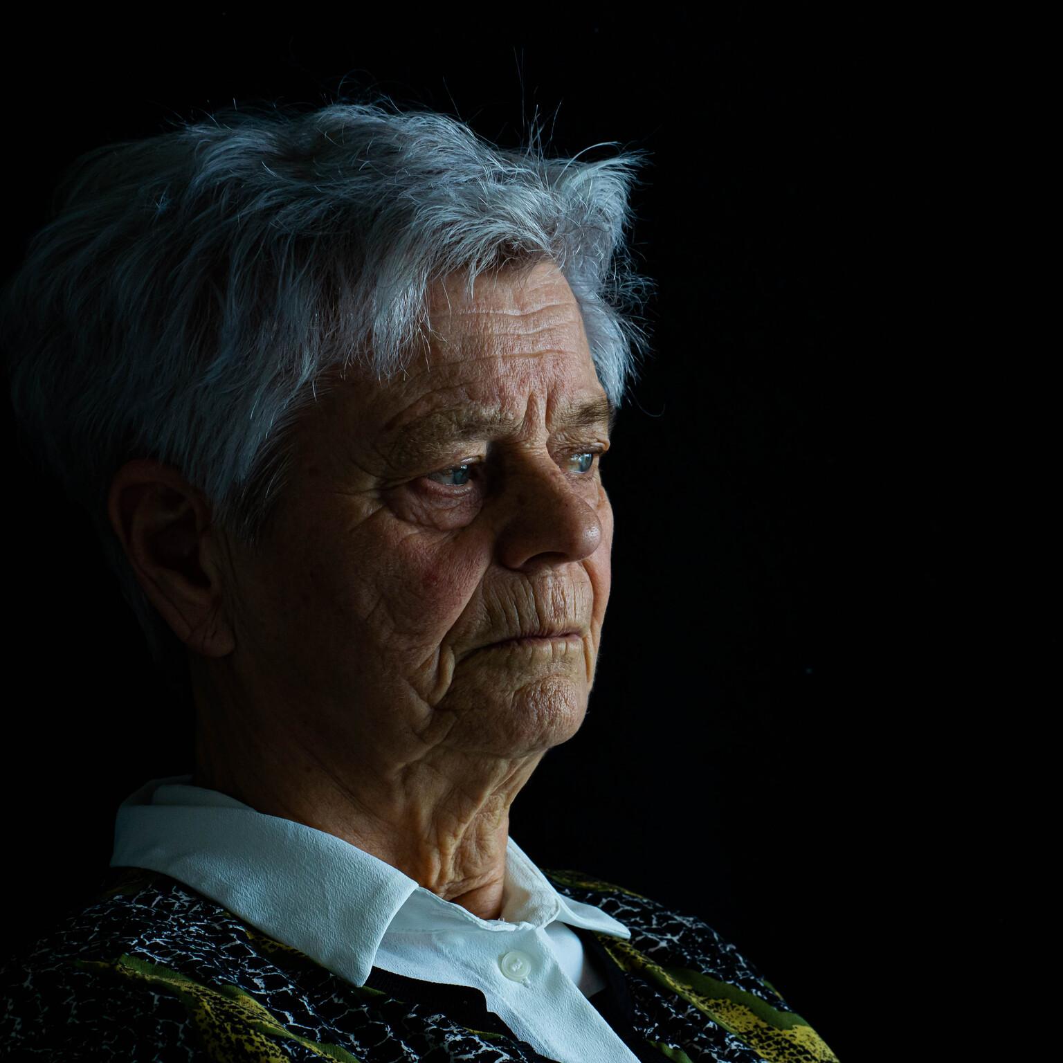 Vergankelijkheid  - Portret foto voor cursus  - foto door Tamara-88 op 14-04-2021 - deze foto bevat: neus, oor, rimpel, mouw, gelukkig, halsband, evenement, ouderling, portret fotografie, portret