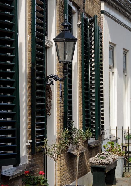 Lantaarn - Straatbeeld - foto door capture1 op 11-04-2021 - deze foto bevat: fabriek, eigendom, bloempot, gebouw, kamerplant, venster, stedelijk ontwerp, muur, woongebied, terrestrische plant