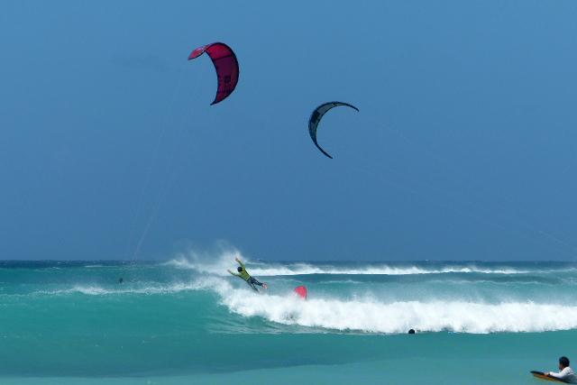dan liever de lucht in  - een sprong uit de golven - foto door Krea10 op 14-04-2021 - locatie: Aruba - deze foto bevat: water, lucht, natuur, natuurlijke omgeving, surfen, parachute, vrije tijd, windgolf, vliegersporten, wind