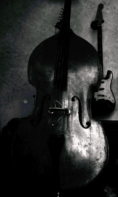 while my guitar gently weeps - groot zien aub  dank voor alle waarderingen - foto door c.buitendijk53 op 19-04-2021 - locatie: Antwerpen, België - deze foto bevat: straatfotografie, muziek, guitar,, muziekinstrument,, z/w, monochrome, muziekinstrument, viool familie, viool, cello, klassieke muziek, viool, paars, musicus, snaar instrument, muziek