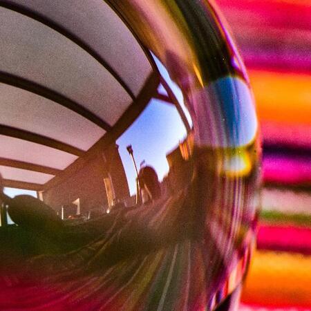 Kleuren  - Foto gemaakt met lensbal. Bal lag naast me op de zitting. Mooie reflectie een spiegeling. Leuk resultaat. Nikon D750, nikkor 50mm prime lens, rollei  - foto door Roland1966 op 12-04-2021 - locatie: 4675 RB Sint-Maartensdijk, Nederland - deze foto bevat: automotive verlichting, purper, lucht, brillen, oranje, roze, automotive ontwerp, pret, cirkel, automotive wielensysteem