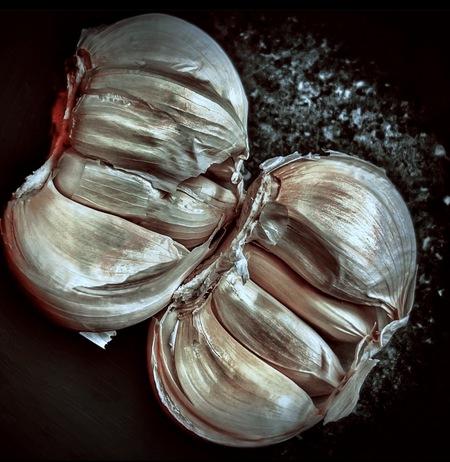 Carlic - Food - foto door Bierman67 op 12-04-2021 - deze foto bevat: lichaamssieraden, gebaar, fabriek, hout, ingrediënt, serveware, keuken, sieraden, bloemblaadje, groente