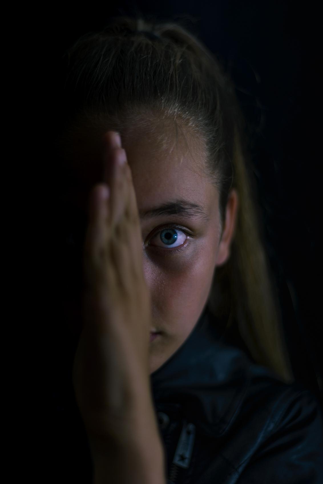 The Darkside - Lowkey  model: Lisa - foto door Kwibes op 15-06-2017 - deze foto bevat: vrouw, donker, licht, portret, schaduw, model, flits, ogen, meisje, beauty, emotie, studio, closeup, fotoshoot, lowkey, 50mm