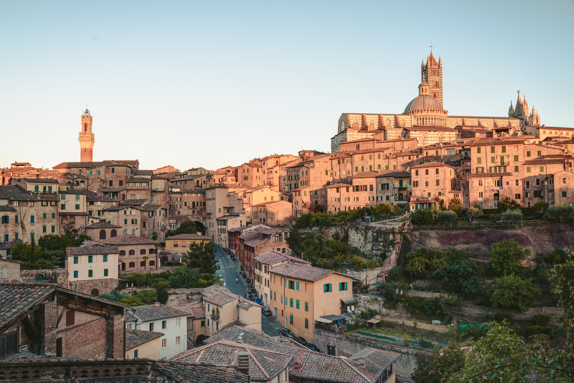 Cityscape of Siena - Cityscape of Siena, a beautiful medieval town in Tuscany, with view of the Dome Bell Tower of Siena Cathedral (Duomo di Siena), landmark Mangia Tower - foto door samards op 25-06-2019 - deze foto bevat: old, tower, sunset, panorama, house, skyline, travel, landscape, tree, city, amazing, cathedral, view, summer, sky, building, romantic, siena, italy, architecture, center, landmark, downtown, dramatic, tuscany, toscana, colorful, evening, town, traditional, heritage, stunning, residential, europe, european, famous, tourism, cityscape, medieval, historic, attraction, scenic, unique, rooftop, vacation, property