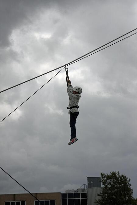 Vasthouden!!! - Bij de vlootdagen vd Marine is er vanalles te doen..voor jong & oud. Aan de kabel naar beneden das spannend! - foto door Flyboy op 03-07-2011 - deze foto bevat: marine, vlootdagen, jeugd