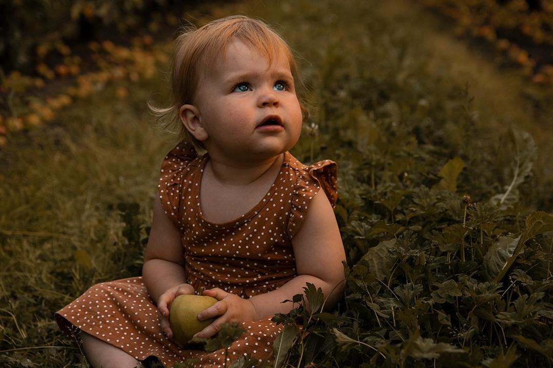 Appelmeisje - Tussen de appelbomen - foto door YlvaJanssen op 16-08-2020 - deze foto bevat: appel, portret, daglicht, kind, kinderen, baby, meisje, fotoshoot, appelboom