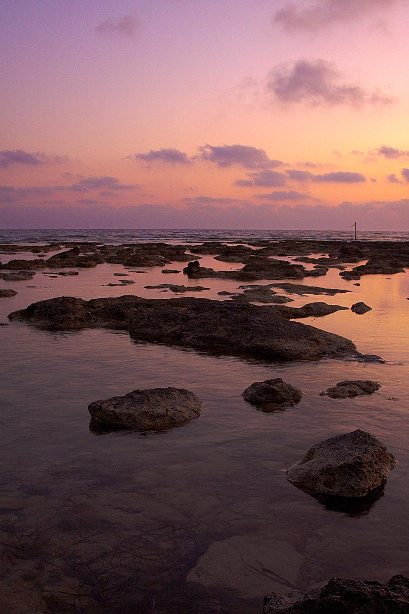 A Rocky Sunset - Een zonsondergang in Cyprus. Waardoor de rotsen mooi belicht werden door het laatste licht van de zon.  gr Christiaan - foto door Christiaan_zoom op 28-09-2011 - deze foto bevat: roze, lucht, wolken, zon, zee, natuur, licht, avond, vakantie, landschap, rotsen, ondergang, cyprus, christiaan