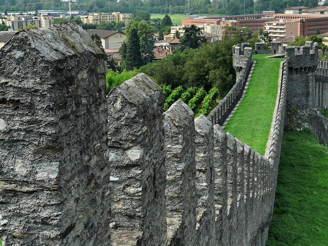 Vestingmuur in Bellinzona - De plaats Bellinzona in Zwitserland heeft drie burchten ie zijn verbonden met een brede vestingmuur, zoals op deze foto te zien is.  Ook weer effie - foto door oudmaijer op 31-03-2010 - deze foto bevat: kasteel, burcht, kasteelmuur, Oudmaijr, Bellinzona zwitserland