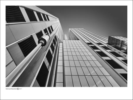 Rotterdam-09 - Ja als het even niet meer regend schijnt niet gelijk de zon maar geeft wel de kans op je lens omhoog te richten hier een zeldzame kans. - foto door henkvanm13 op 29-06-2011 - deze foto bevat: rotterdam, architectuur, rotjeknor, henkvanm13