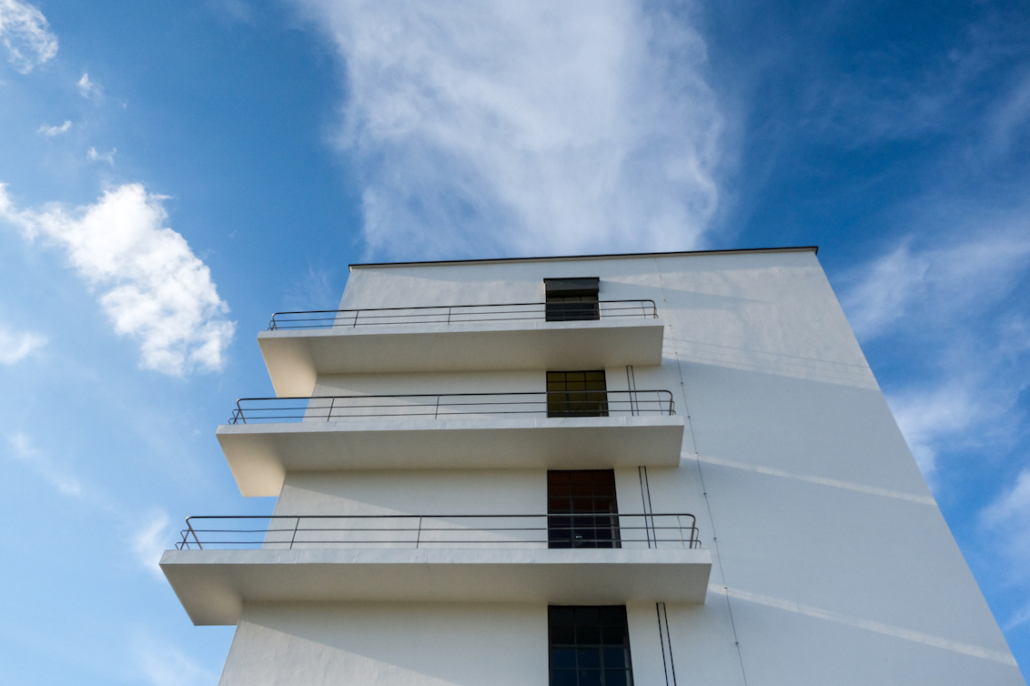 Dessau, Bauhaus universiteit - Het gebouw is tussen 1925 en 1926 volgens plannen van Walter Gropius gebouwd als schoolgebouw voor de kunst-, design- en architectuurschool Bauhaus. - foto door Bendien op 27-11-2020 - deze foto bevat: abstract, architectuur, gebouw, kunst, duitsland