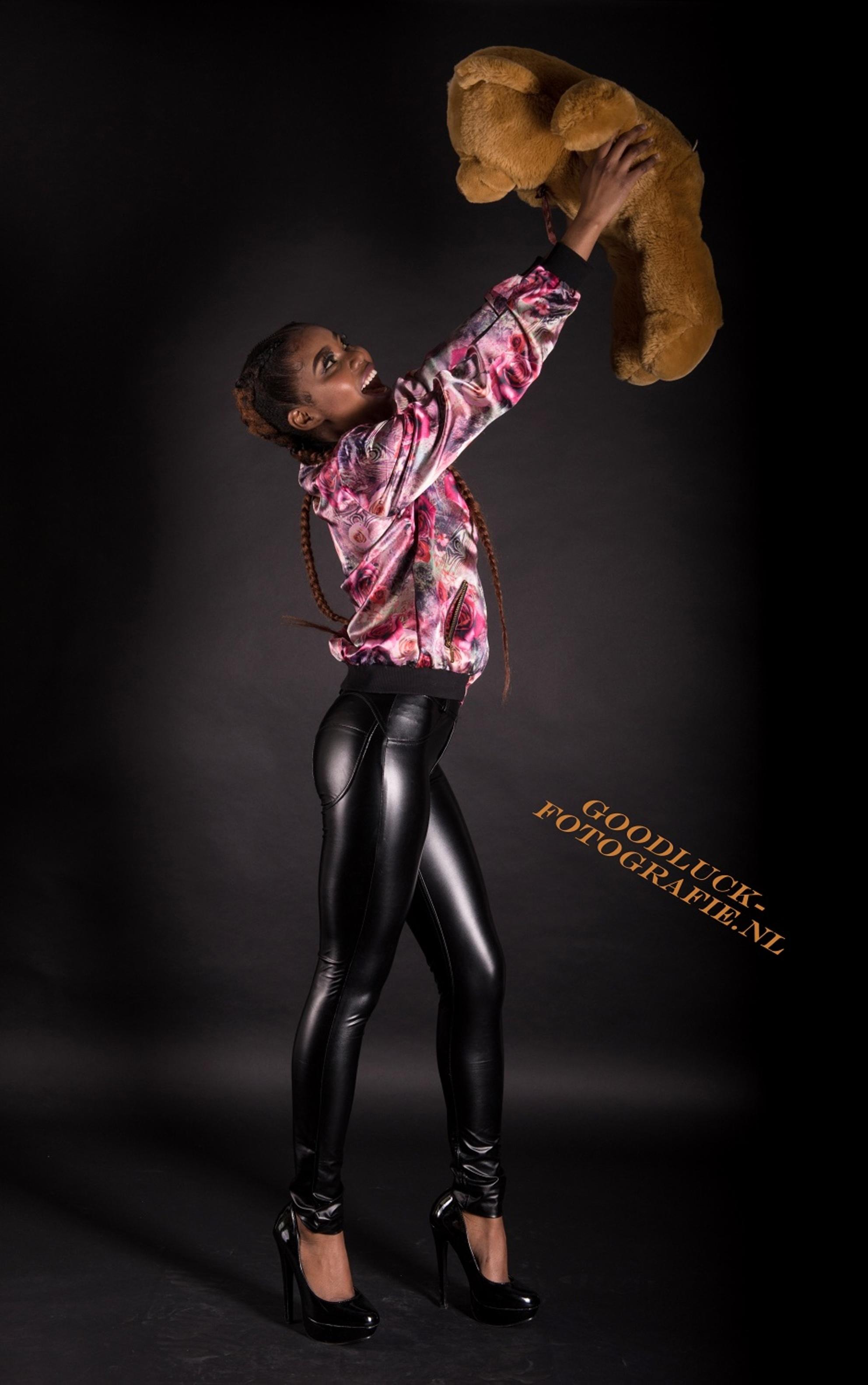 Mijn beer - Wendy met haar knuffelbeer.  [url=http://www.goodluck-fotografie.nl/]goodluck-fotografie.nl[/url] - foto door goodluck op 13-05-2017 - deze foto bevat: vrouw, portret, model, flits, stoer, fashion, beauty, schoenen, sfeer, pose, glamour, studio, kapsel, expressie, jeans, mode, fotoshoot, kleding, romantisch, makeup, styling, fashionfotografie
