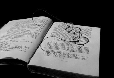 het oude fotoboek - opname met Plaubel Peco, Scheimpflug-instelling - foto door CastleOfPhoto op 21-09-2018 - deze foto bevat: bril, stilleven, boek, analoog, zwart-witfoto