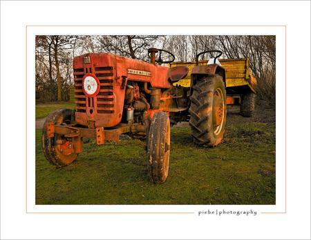 Oude tractor - Deze foto is van halverwege december 2007. Ik heb gemaakt op de camping van Terhorne die ze aan het renoveren zijn. Hij is gemaakt met de Sigma 10-20 - foto door Piebe op 16-01-2008 - deze foto bevat: camping, tractor, terhorne, mccormick