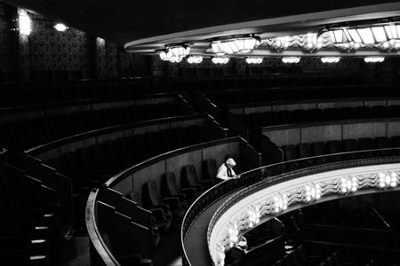 """Tuschinski Theater - Vrouw - Genomen in de opera zaal van het prachtige, nostalgische """"Tuschinski Theater"""" in Amsterdam.  Gebruikt gemaakt van de """"hoog contrast"""" z/w fucntie va - foto door Krulkoos op 22-12-2016 - deze foto bevat: vrouw, eenzaam, theater, zwartwit, contrast, sony, cirkel, opera, cirkels, lowkey, bioscoop, zaal, tuschinski, z/w, hoog contrast, rx100, maurice weststrate, operazaal, tuschinski theater"""