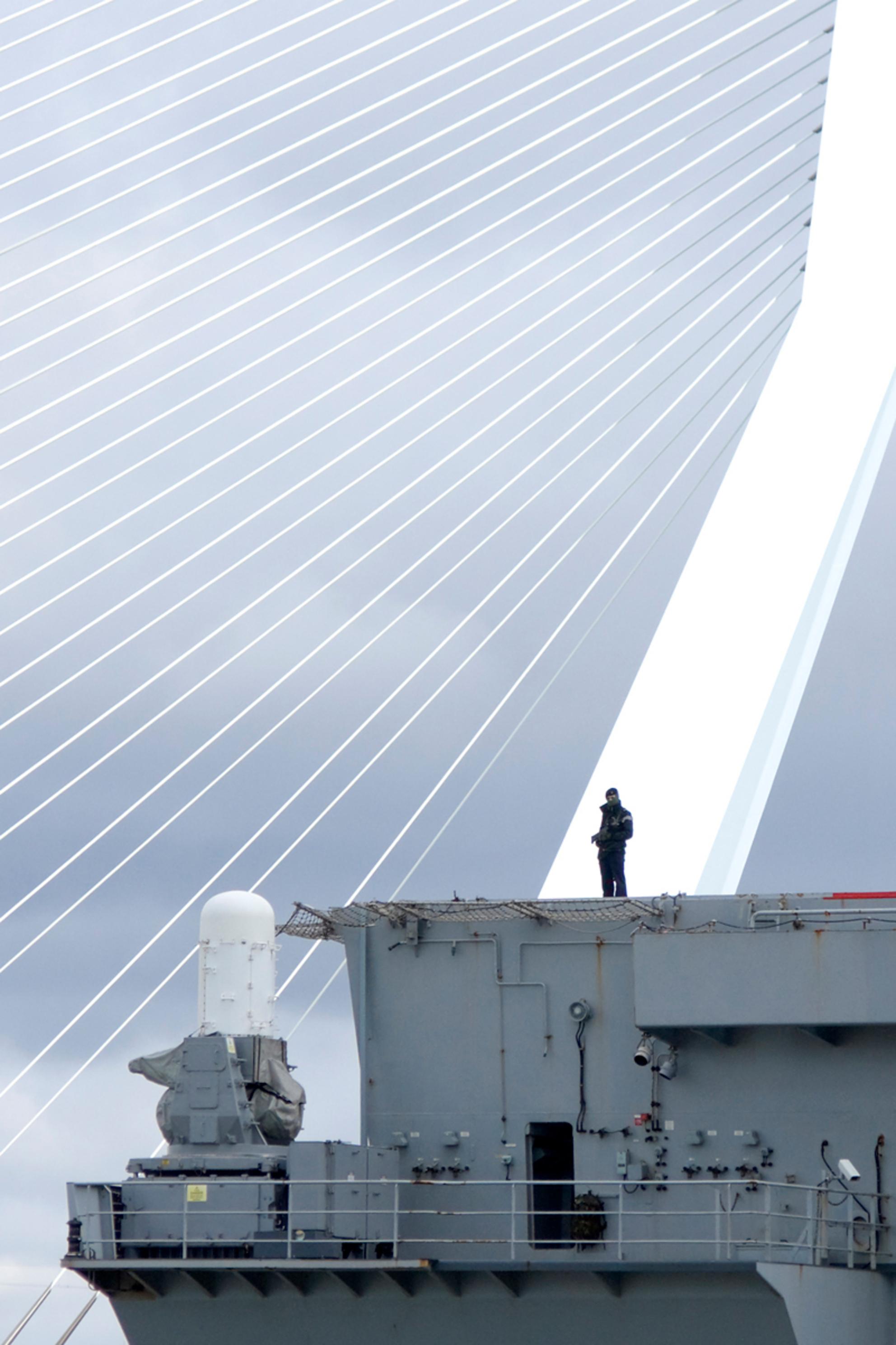 Under Siege - Groeten uit Rotterdam... - foto door alphaz op 15-04-2012 - deze foto bevat: rotterdam, erasmusbrug, marine, bewaking - Deze foto mag gebruikt worden in een Zoom.nl publicatie