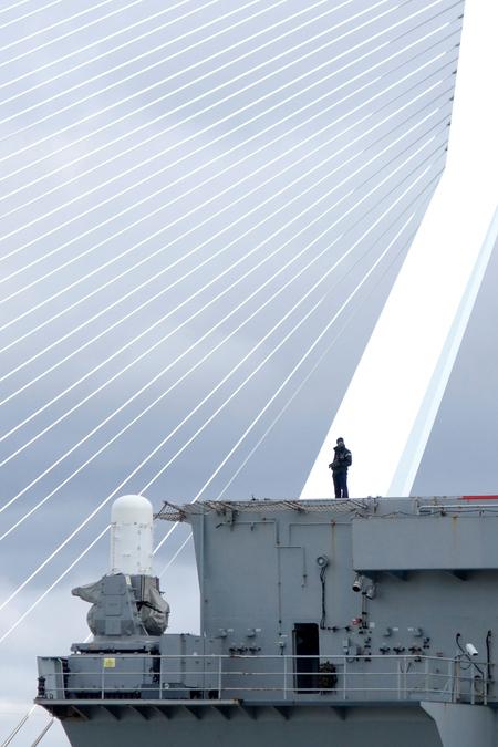 Under Siege - Groeten uit Rotterdam... - foto door alphaz op 15-04-2012 - deze foto bevat: rotterdam, erasmusbrug, marine, bewaking