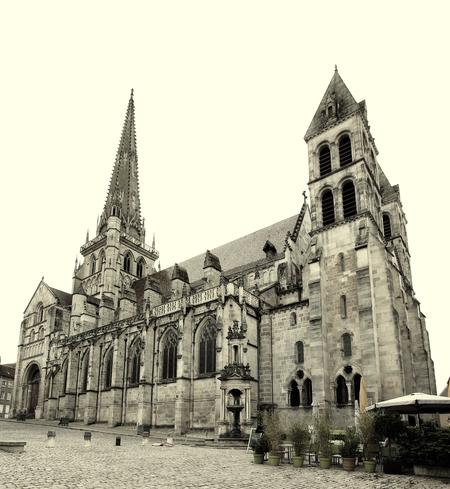 kathedraal - in autun - foto door onne1954 op 18-04-2021 - deze foto bevat: autun, frankrijk, kathedraal, stad, architectuur, gebouw, lucht, venster, tempel, zwart en wit, facade, oriëntatiepunt, monochroom, toren, stad