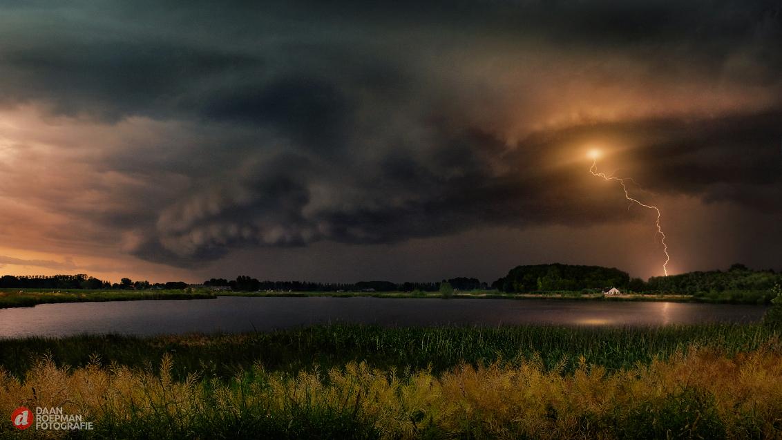 Wall Cloud with Lightning - Click for best view and fine details with a dark setting  Deze foto is een bewerking van een oude opname en was bedoeld als een oefening voor bepaald - foto door DaanRoepman op 12-04-2021 - deze foto bevat: wolken, bliksen, wolk, lucht, fabriek, water, bliksem, atmosfeer, donder, natuurlijk landschap, natuur, onweersbui