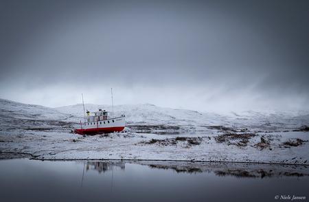 Boot op het droge - Tijdens een autorit door het fantastisch mooie natuurgebied Jotunheimen lag daar ineens een boot...  Bedankt voor jullie reacties op 'Staafkerk van - foto door NielsJansen op 24-10-2014 - deze foto bevat: lucht, water, boot, sneeuw, spiegeling, landschap, bergen, noorwegen, grijs, jotunheimen, surrealistisch, niels jansen