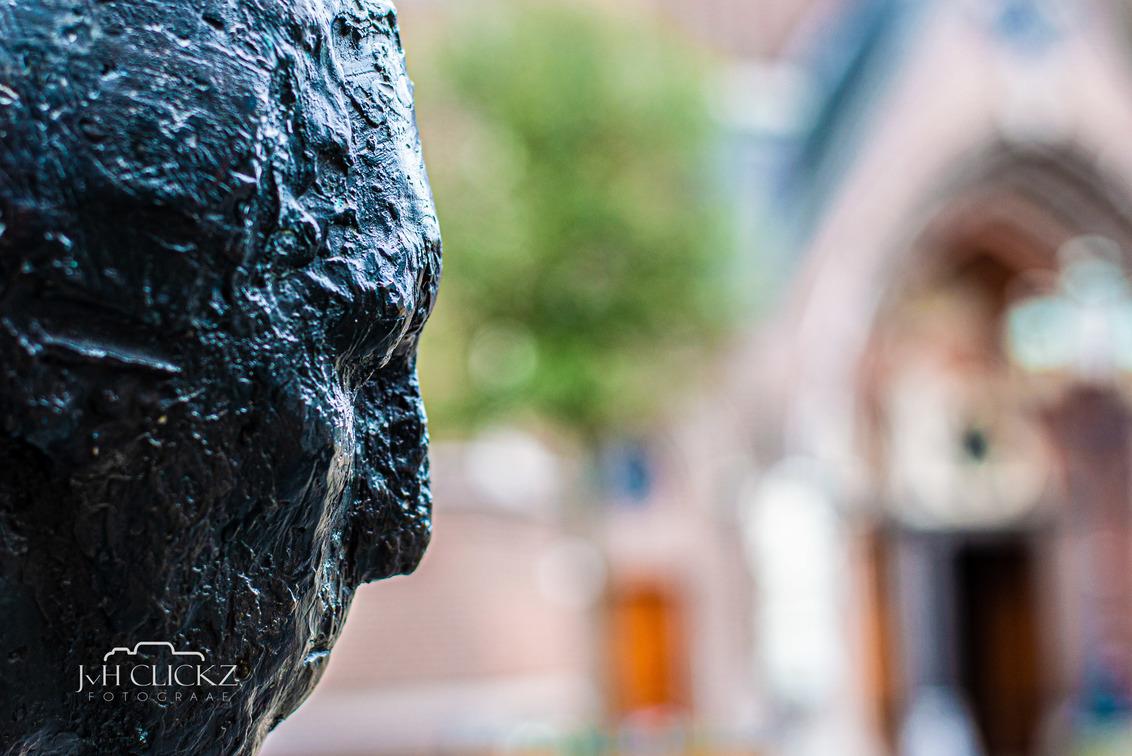 Fractals of Tilburg - JvH Clickz - 050320-33 - De stad leent zich uitstekend om te oefenen met scherptediepte. Foto's in detail met op de achtergrond markante(re) plekken van de stad. - foto door JvHClickz op 09-03-2020 - deze foto bevat: beeld, kerk, kunst, stad, tilburg, urban, marco, straatfotografie, scherptediepte, bokeh