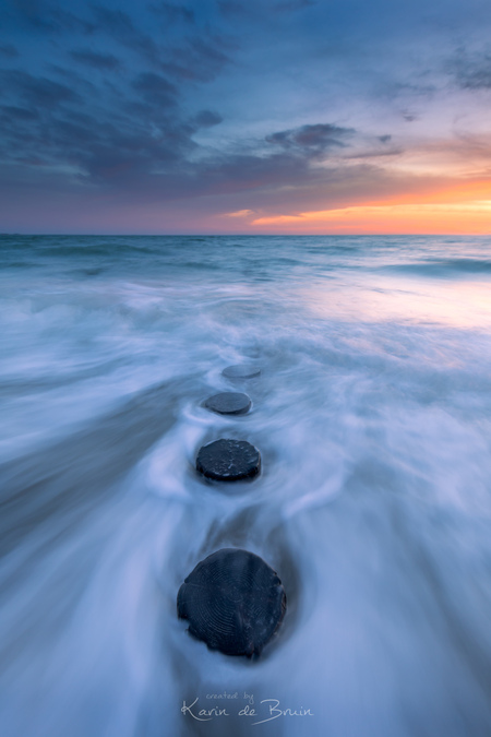 Stepping Stones! - - - foto door KarindeBruin op 28-02-2021 - deze foto bevat: lucht, wolken, zon, strand, zee, water, natuur, licht, winter, avond, zonsondergang, spiegeling, landschap, tegenlicht, storm, zand, kust, lange sluitertijd