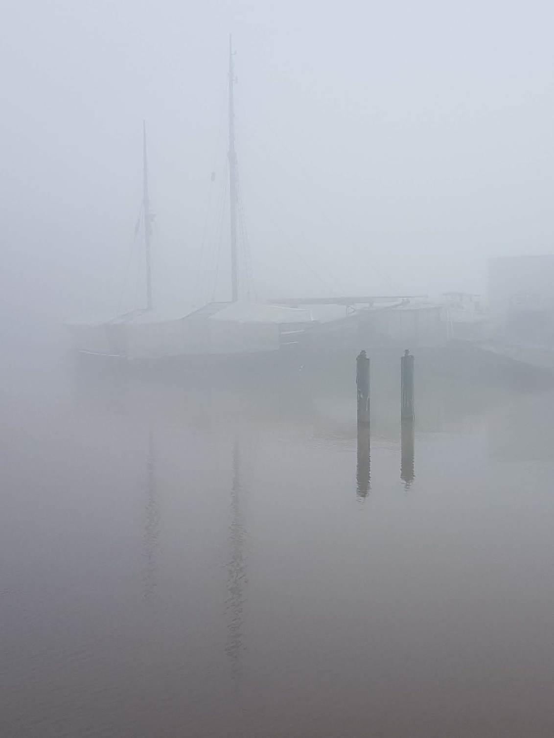 mist - - - foto door olaf-Bruins op 30-11-2019 - deze foto bevat: water, boot, spiegeling, mist, mistig, haven, reflecties