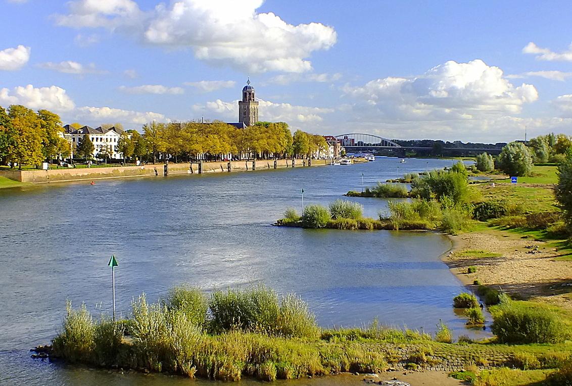 Deventer/IJssel - Stad Deventer met zijn Lubuïnuskerk aan de IJssel. Vorig jaar Oktober. - foto door fujializah op 17-10-2013 - deze foto bevat: water, herfst, ijssel, rivier, kerktoren, deventer