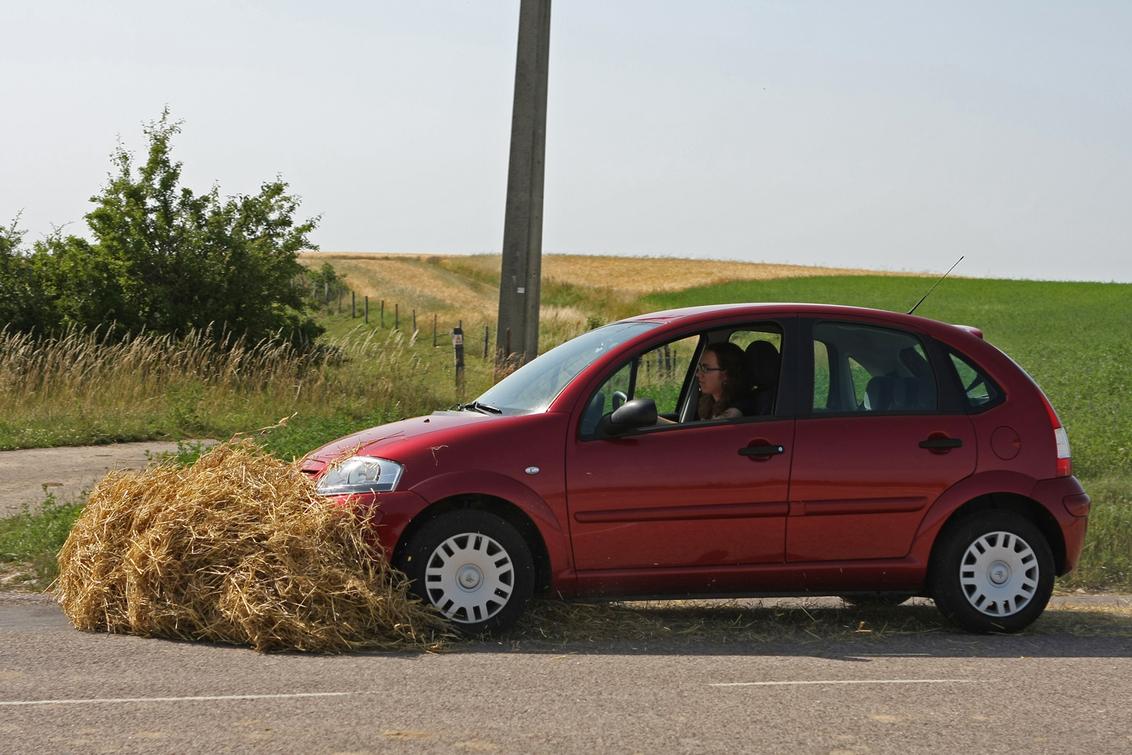 Autorijden veiliger - dan fietsen (zie vorige opload). Maar neem dan wel altijd je eigen strobaal mee. - foto door petervanmeurs op 27-08-2011 - deze foto bevat: auto, stro, verkeer, veilig, strobaal, botsen