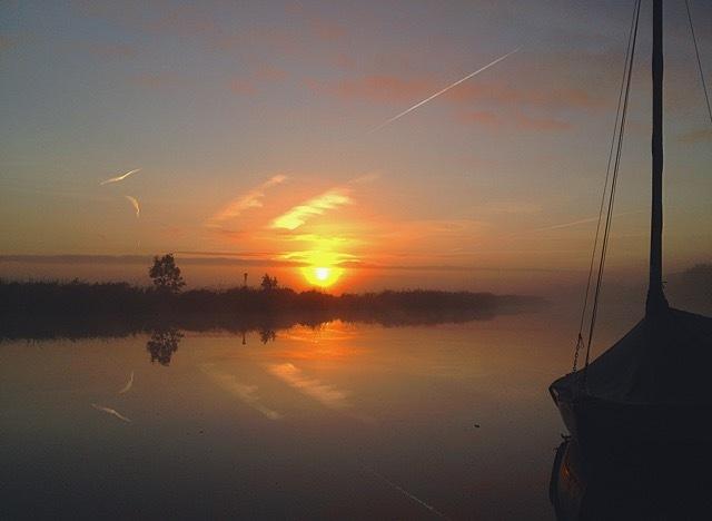 Kalmte - Woensdag 7 September 2K15, 07:15. Wakker worden. - foto door kikibijleveld op 09-09-2015 - deze foto bevat: wolken, spiegel, bladeren, eenden, water, natuur, boot, ochtend, oranje, zeilboot, reflectie, mist, zonsopkomst, goeiemorgen, riet, rivier, vliegtuig, weiland, friesland, stroming, achtertuin, kalmte, spiegelwater, aan het water, Fries landschap