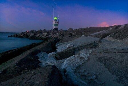The green peer - Ijmuiden green peer with some ice and snow - foto door lcutolo op 26-02-2021 - deze foto bevat: vuurtoren, licht, winter, zonsondergang, landschap, tegenlicht, pier, nacht, lange sluitertijd