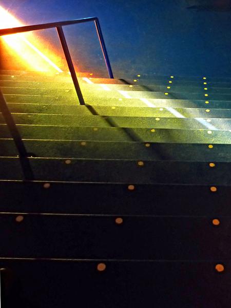 B&G 4 - In Beeld en Geluid speelt ook kleur een grote rol. Om dat niet te beïnvloeden heb ik alle foto's zonder flits genomen. - foto door ekeren op 18-11-2012 - deze foto bevat: kleuren, trap, Beeld en Geluid