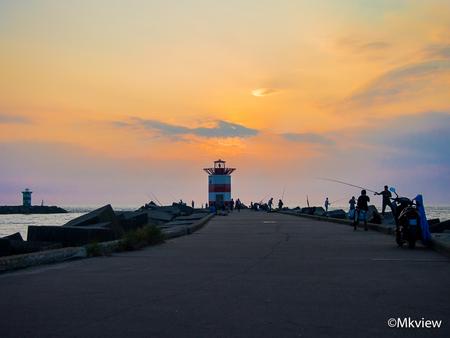 Lighthouse - Havenhoofd van Scheveningen. Een populaire plek voor vissers. - foto door mkview op 03-08-2014 - deze foto bevat: wolken, zon, zee, vuurtoren, zonsondergang, vissen, zomer, scheveningen, haven, pier, vissers, hengelsport, havenhoofd, noordzee