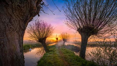 Tiendwegsemolen Hardinxveld-Giessendam tijden een koude zonsopkomst