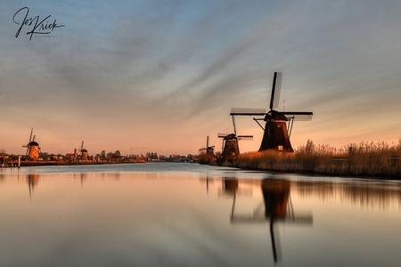 Sunrise Kinderdijk - Zonsopkomst molens Kinderdijk - foto door Jos-Krick-Photography op 06-03-2021 - deze foto bevat: lucht, wolken, water, licht, spiegeling, landschap, zonsopkomst, molen, polder, lange sluitertijd