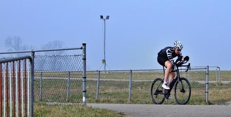 de eenzame fietser - de eenzame fietser was erg geconcentreerd op het rijden van zijn rondjes op de wielerbaan Nieuwegein, ik heb hem meerdere malen langs zien rijden. d - foto door Tonny1946 op 03-03-2021 - deze foto bevat: gras, winter, nieuwegein, asfalt, zonnig, wielrenner, afscheidingen, 3 maart 2021, wieler en skeelerbaan nieuwegein