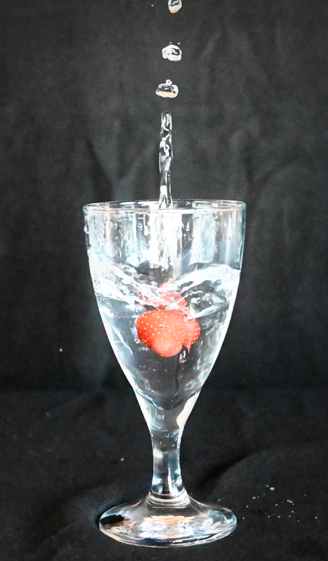 Aardbei in een glas water