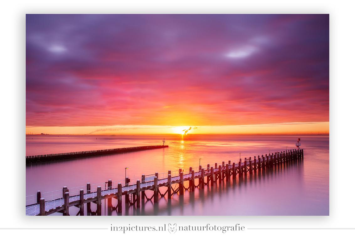 Kleurexplosie II - De kleuren deze ochtend waren heel even heel spectaculair, we kwamen voor mist maar gingen weg met een kleurexplosie!   Dit is een HDR uit 3 belich - foto door in2picturesnature op 13-01-2021 - deze foto bevat: roze, lucht, wolken, blauw, zon, zee, water, dijk, natuur, licht, oranje, rijp, winter, landschap, zonsopkomst, haven, pier, vlissingen, kust, lange sluitertijd