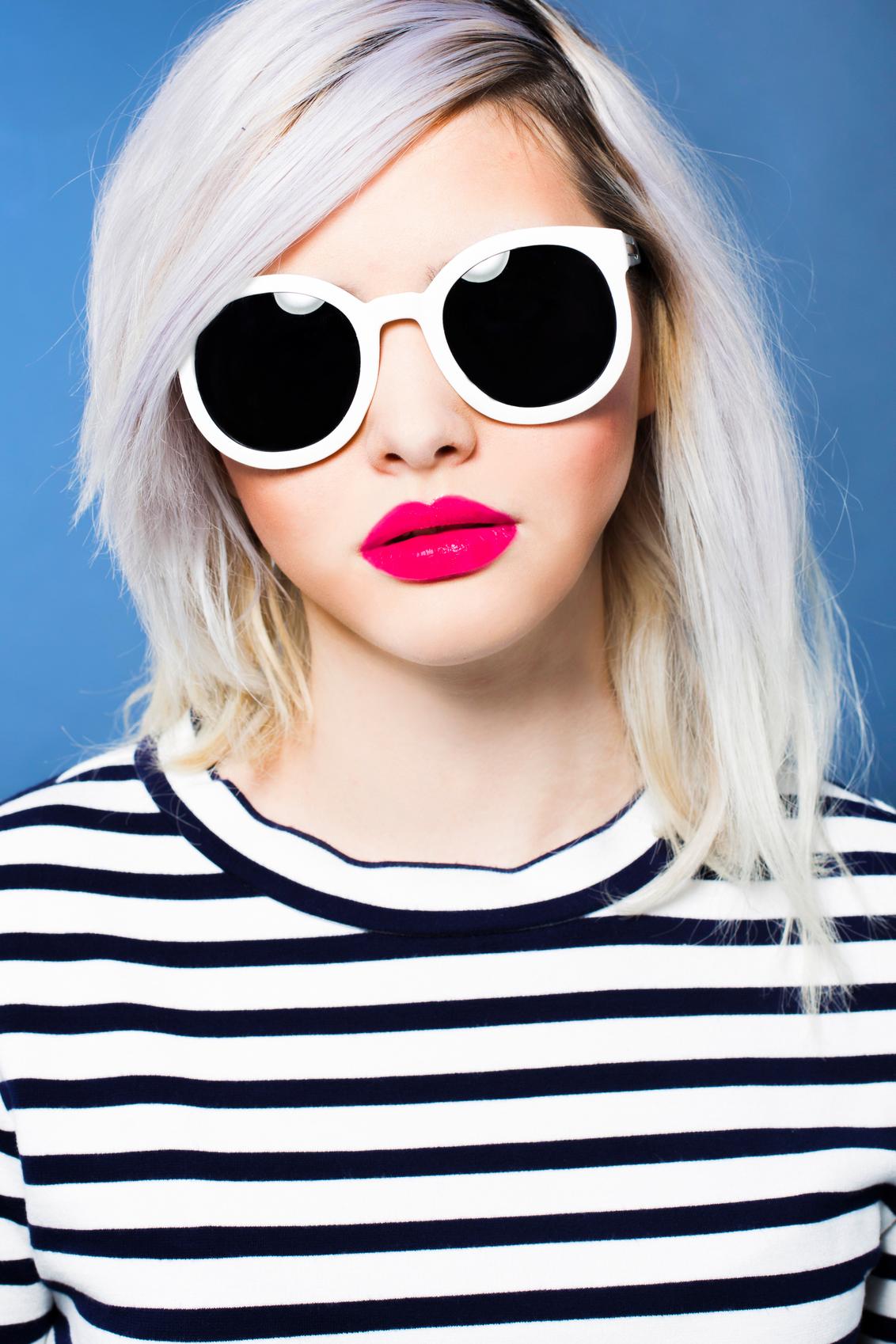 Sunglasses - Ik wilde als doel iets maken voor een zonnebrillenzaak. De reflectie in de bril geeft wat extra's. - foto door anoukstrijbos op 07-12-2015 - deze foto bevat: kleur, portret, fashion, meisje, lippen, kapsel, belichting, mode, magazine, kleding, makeup, styling, fashionfotografie