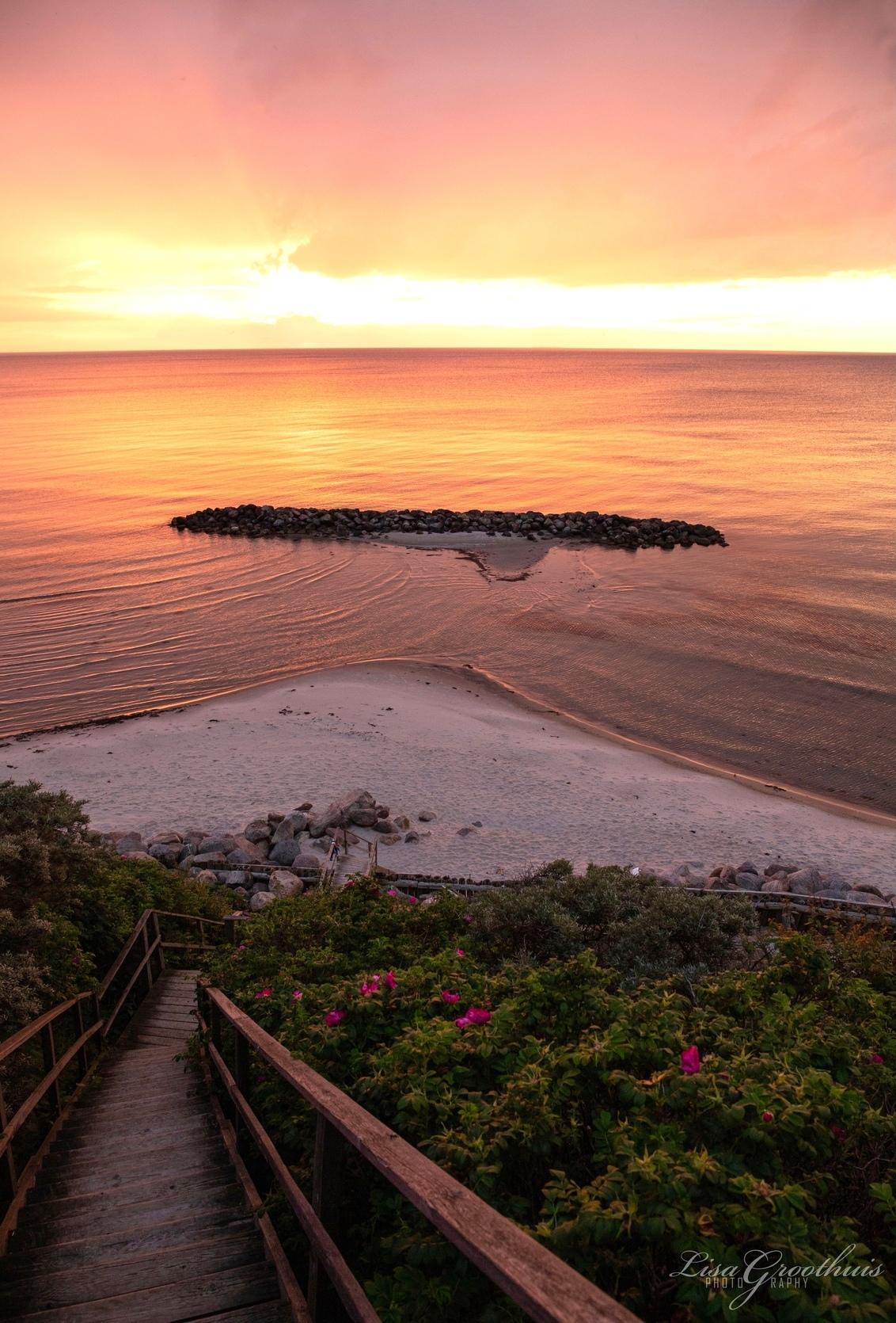 Zonsondergang - - - foto door LGphotography op 02-02-2021 - deze foto bevat: lucht, wolken, trap, zon, zee, natuur, zonsondergang, landschap, zomer, denemarken, reisfotografie, europa