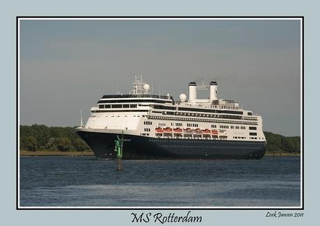 MS Rotterdam passeert Rozenburg