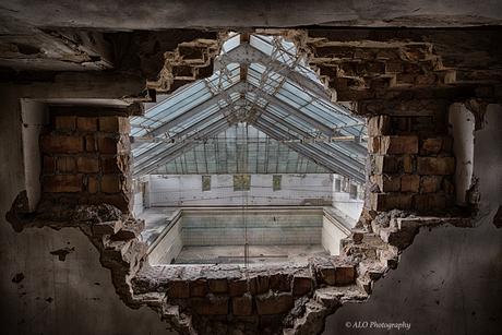 doorkijkje naar zwembad van voormalig USSR militair ziekenhuis