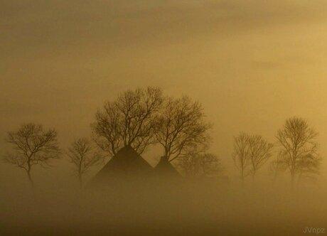huisje in de mist.