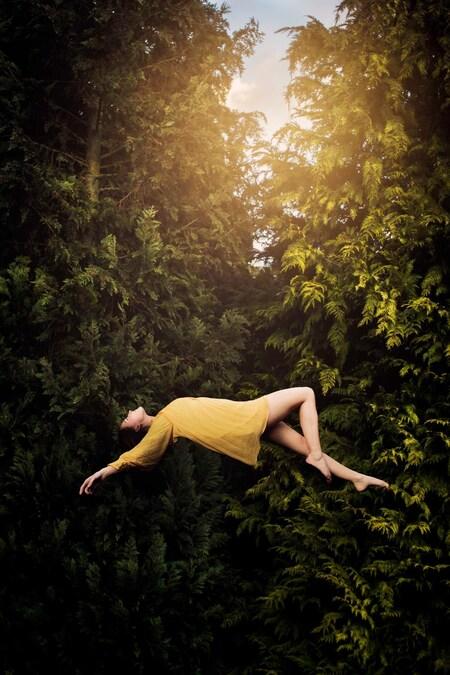 Dream of flying - Nieuwe uitdaging gezocht voor mezelf: Levitation! Foto van het bos eerder gemaakt en daarna het model erin gephotoshopt. Wat vinden jullie ervan? - foto door anoukstrijbos op 17-02-2016 - deze foto bevat: natuur, bewerkt, fantasie, kunst, schilderij, bewerking, sfeer, contrast, creatief, sprookje, wallpaper, bewerkingsuitdaging