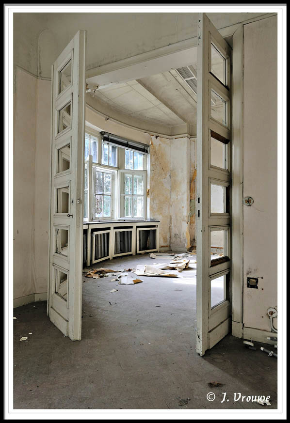 te huur - U kunt er zo in, alleen wat rommel opruimen - foto door janv2 op 28-02-2014 - deze foto bevat: oud, licht, villa, vervallen, urbex, zonlicht. ruimte